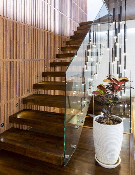 پله معلق چوبی به همراه هندریل شیشه ای